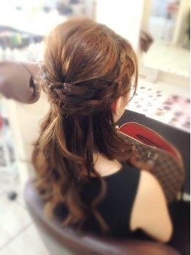 結婚式の髪型で、編み込みハーフアップヘアアレンジを特集。人気のヘアセット画像と美容院をご紹介しています!他にも、シニヨンなどの人気ヘアセットや、自分で簡単にヘアセットできる髪型動画も。 また、結婚技研は、結婚式二次会お呼ばれゲストの服装・余興・招待状&ご祝儀マナーなどのお役立ち情報をご紹介しています!