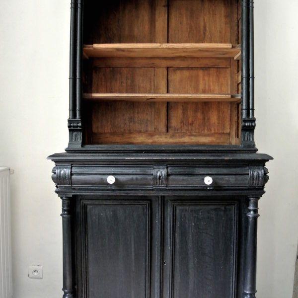 Elégant cabinet de curiosités en bois, peint en noir chic avec lettres manuscrites dorées. Ce meuble de rangement insolite est une pièce unique réalisée à partir d'un buffet deux corps ancien de style Henri II. L'authenticité et la robustesse du bois massif, l'élégance d'un meuble de rangement relooké comme les anciens meubles hollandais. Déjà réépinglé plus de 1500 fois sur Pinterest! Dimensions hauteur: 200cm, largeur 100cm, profondeur 56cm. Poids environ 65kg. Exemplaire un...