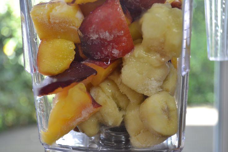 La nectarina tiene alto contenido en agua, en vitamina A, vitamina C y B3 y además es muy poco calórica.