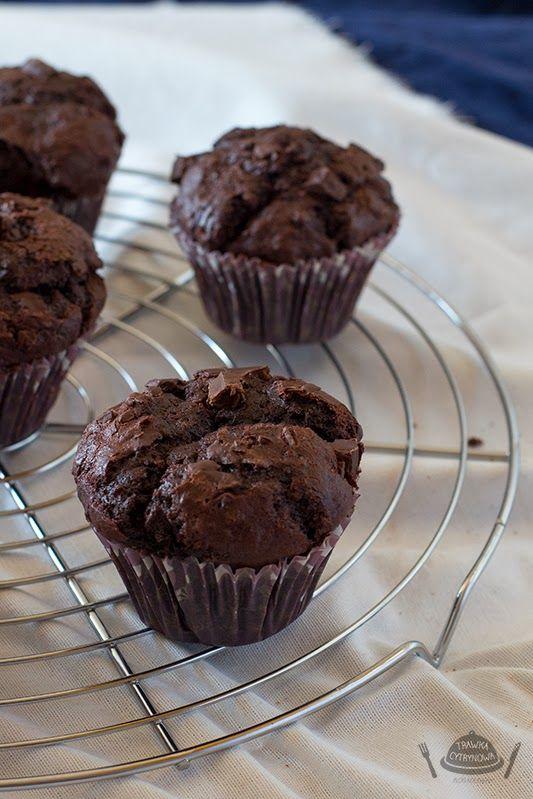 Wyobraźcie sobie półtorej tabliczki czekolady i 80 gram kakao w dwunastu muffinkach. Takie właśnie są te muffiny. Jeśli zdecydujecie się na ten przepis pamiętajcie o wyborze doskonałej czekolady, bo to ona stanowi główny składnik. Nie potrafię oprzeć się muffinom a odkrycie, że ich przygotowanie jest tak banalnie proste sprawiło, że często je przyrządzam. Lubię zabrać...Read More »