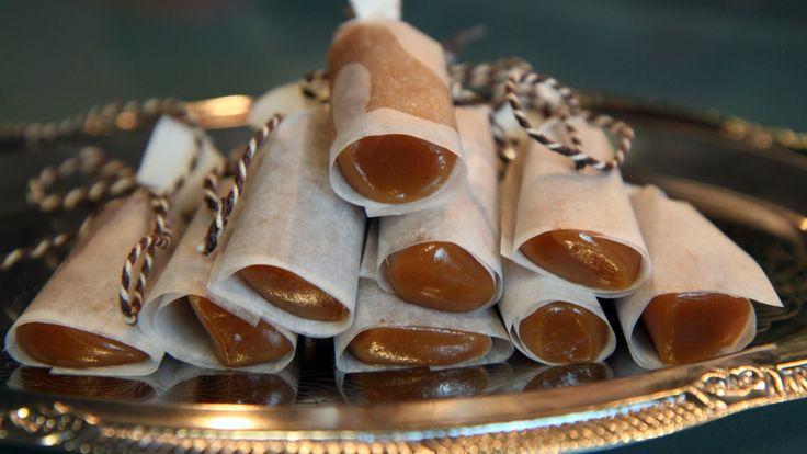 Lise Finckenhagen lager karameller med julevri. Oppskriften gir ca. 35 karameller.