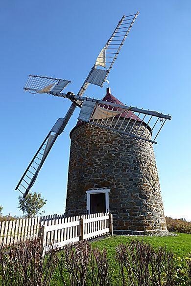 L'Isle-aux-Coudres - Site unique au Québec et même au Canada, car il réunit en un même lieu un moulin à eau (1825) et un moulin à vent (1836)