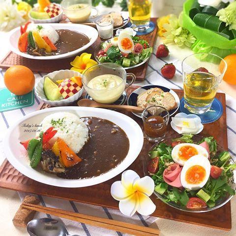 . 今日の#昼ごはん は#カレー  . ✴︎納豆と焼き野菜のカレー ✴︎ゆで玉サラダ ✴︎生ハムとチーズのムースでカナッペ ✴︎じゃがいものポタージュ ←冷凍してたもの ✴︎大根の浅漬け ✴︎フルーツ盛り . イエロースパイスの宅配カレーが大好き なんだけど、小倉店はずいぶん前に無くなって 今は福岡でしか食べられないのが残念 . カマンベールチキンカツカレーに 納豆とほうれん草トッピングが最高だった ☝︎分かる人にしか分からないやつ . 今日も寒いからおチビと引きこもってます☃️ . みなさんは体調崩したりしてないですか? さむーい日が続きますのでどうぞご自愛ください . #おうちごはん #クッキングラム #デリスタグラマー #おうちカフェ #料理 #料理写真 #手料理 #料理教室 #北九州料理教室 #テーブルコーディネート #delicious #LIN_stagrammer #instafood #yummy #kitakyushu #fukuoka #cookingram #cooking #foodphoto #foodpic  #eat #w...