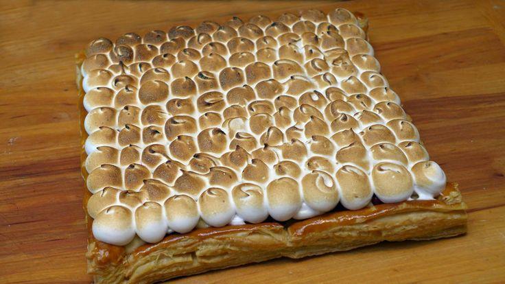 Cees Holtkamp maakt een vruchtenroomtaart. De taart is op basis van banketbakkersroom, bladerdeeg en vers rood en zwart fruit.