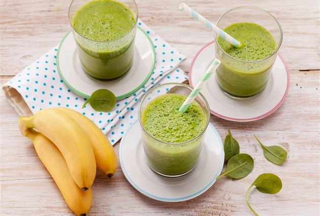 Hustý mixovaný nápoj z ovoce, zeleniny a spousty dalších přísad si můžete připravovat k snídani, svačině nebo jako zdravý oběd. Hodí se také po cvičení, kdy vám dodá energii a krásně vás osvěží.