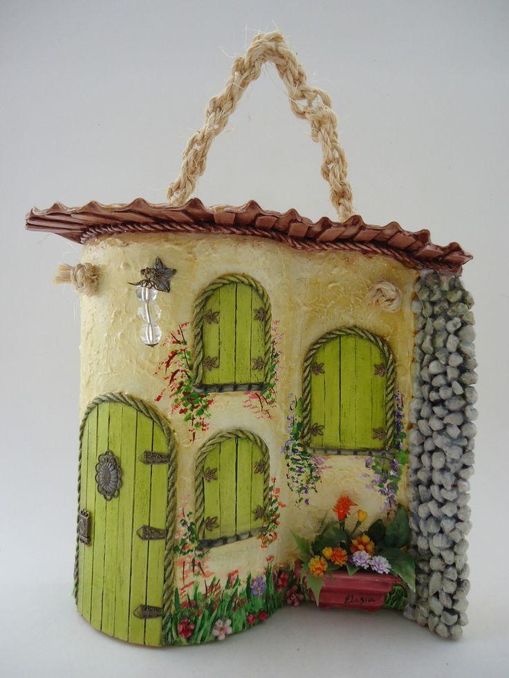 Telha decorada - Portuguesa com telhado - técnicas: pintura à óleo, modelagem em massa epox, porta e janelas em palitos de sorvete, resina, pedras, peças de bijuteria e alça em macrame