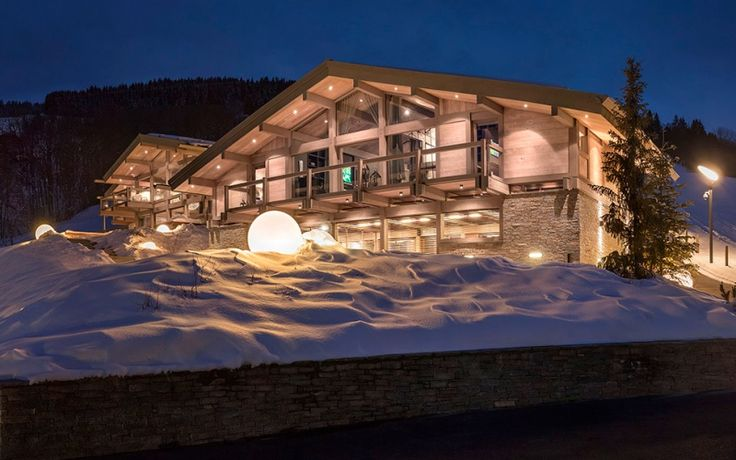 Вечернее освещение дома в стиле шале