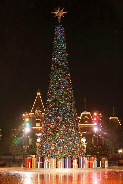 Giant Xmas Tree at Town Square at Night   Sparkling Family Christmas in HK Disneyland #hongkong #hongkongdisneyland #disneyland #disney #xmas #christmas #mickey #minnie