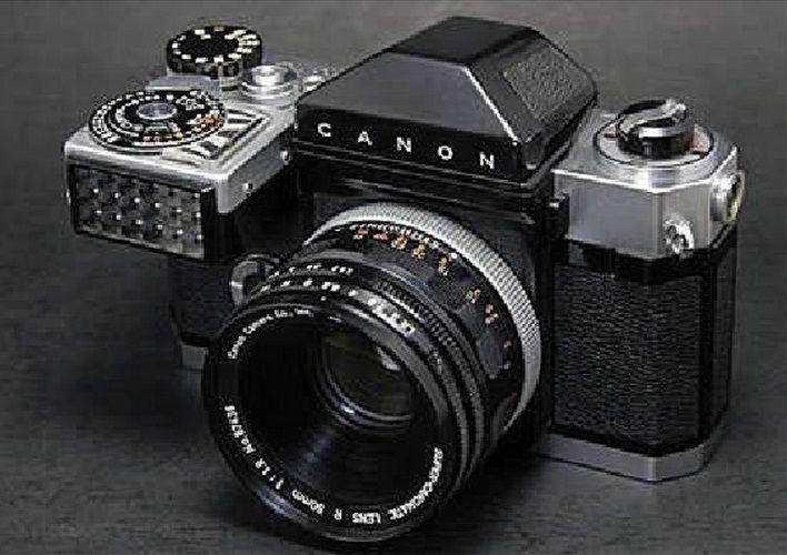 Esta cámara es la CanonFlex inventada en 1959 por la marca japonesa Canon, fue su primera cámara réflex. Con respecto a anteriores modelos hay una mejora con respecto a la nitidez de los colores y a su zoom óptico.