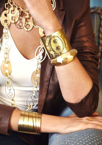 [Linea Metal Soft] Braccio destro: bracciale schiava B4169, Braccio sinistro: bracciale con applicazione B4216, bracciale oro martellato B4171