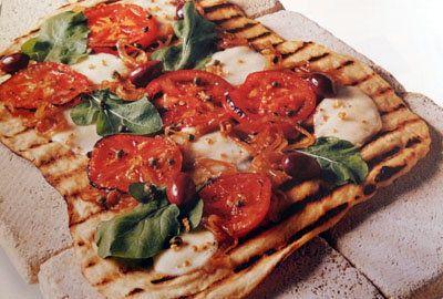 Пицца гриль  Думаете, пицца гриль да на угольках невозможно? Совсем наоборот, это очень просто - и как вкусно!  Прекрасно все получается - пицца получится румяной, с ароматом угольков, хрустящей. Ну кому такая не понравится...  Тесто очень вкусное, так что начинка может быть любой, можно подобрать на свой вкус. В рецепте начинка простая, но вкусная из помидоров, рукколы, оливок, лука и моцареллы. Попробуйте кусочек теста запечь без начинки и попробуйте вкусную хрустящую основу.