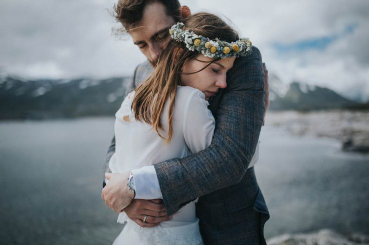 intimate embrace between this pair of lovers captured by Joanna Jaskólska Fotografia