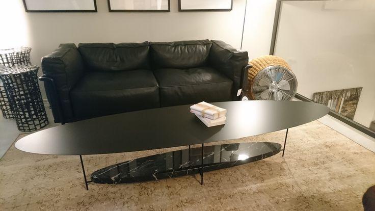 Table basse Panna Cotta – Design Ron Gilad -Molteni          Dimensions : 180l  x 50 p x 35ht – laqué noir mat/ Marbre noir marquina           Prix : 2064,00 € TTC + 2,50 d'éco-participation - SOLDE - 25% 1550,00 €