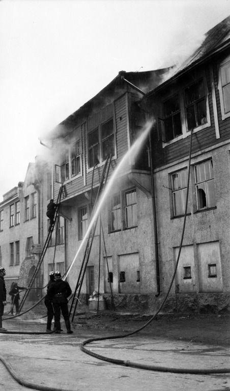 Tulipalo Sörnäisissä.   Timiriasew Ivan 1913   Helsingin kaupunginmuseo   negatiivi, nitraatti, mv