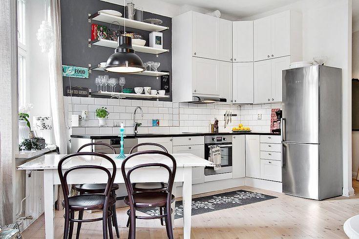 szara ścisnas w białej kuchni,biały stół prostokatny z brązowwymi krzesłami giętymi z drewna,krzesła giete typu bistro francuskie,drewniane giete krzesła ton,bialo-szara kuchnia w stylu skandynawskim,piękna kuchnia białymi półkami na szarej ścianie