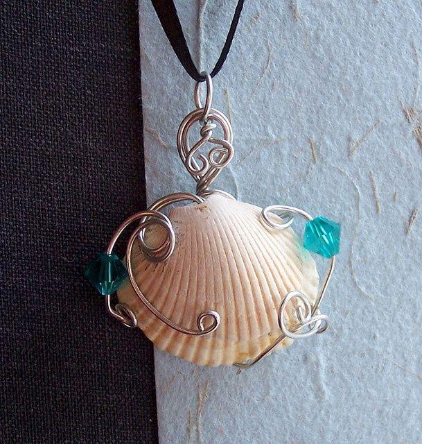 collana di conchiglie pokonaso   sea shells crafts ideas   Pendant with sea shell from trips ...
