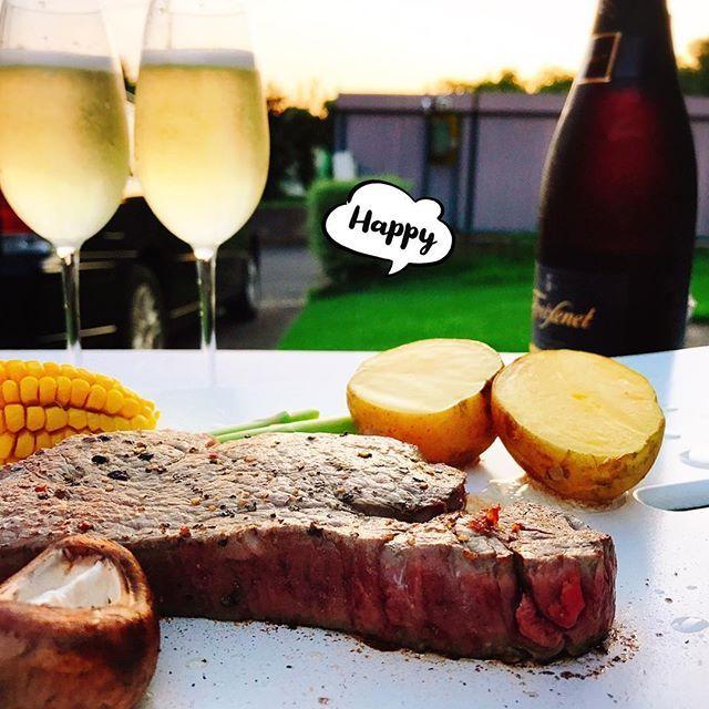 夏は縁側で肉とシャンパン🍖🥂 夏よ!まだ行かないで~~~💦 去りゆく夏を惜しみながら… 今宵は更けていく☆.。.:*・°☆. 幸せ~~~💕 #meat #champagne #summer #happy #dinner #delicious #season  #夏 #縁側 #肉 #シャンパン #幸せな気分 #去りゆく夏  #今宵も #常陸牛 #旨い