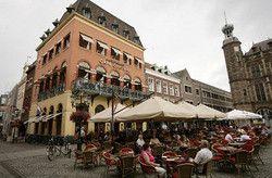 Cafecentral.nl: Op de markt met op de achtergrond het stadhuis van Venlo. Genieten op het terras of in het restaurant op de 1e verdieping.