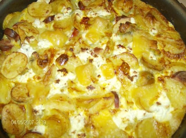 Kartoffeltærte med sprød bund - lækkert og nemt. Kartoffeltærte med sprød bund er en velkendt ret som altid scorer ros. Skal man have mange gæster kan man med fordel lave kartoffeltærte med sprød bund.