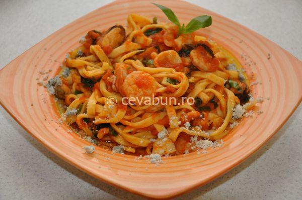 Cum se fac pastele cu fructe de mare. Reteta italiana de paste cu fructe de mare. Retete cu fructe de mare a la marinara. Fettucine, spaghetti sau linguine cu fructe de mare.