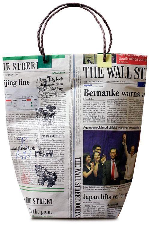 Como hacer una bolsa con papel de periódico.