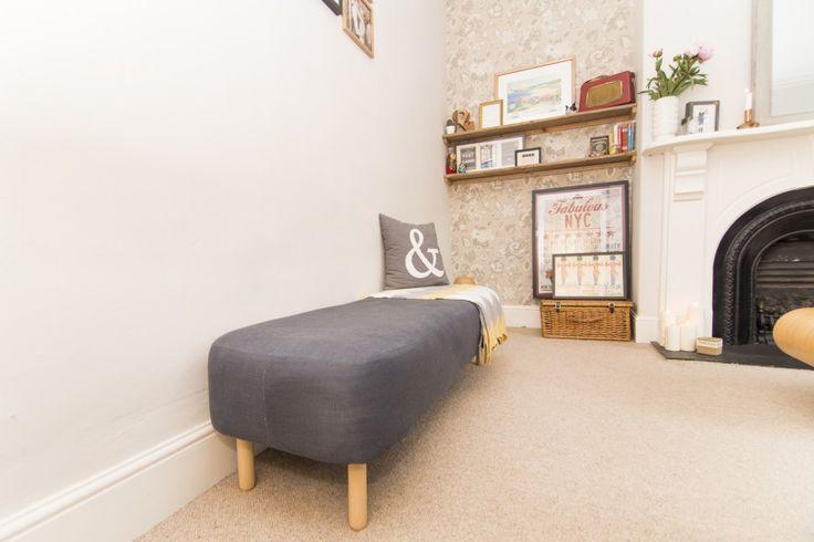die besten 25 gepolsterte bank ideen auf pinterest sitzbank gepolstert futon bett und futon. Black Bedroom Furniture Sets. Home Design Ideas