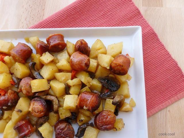 Χωριάτικα λουκάνικα με λαχανικά ψημένα σε μπύρα | cookcool