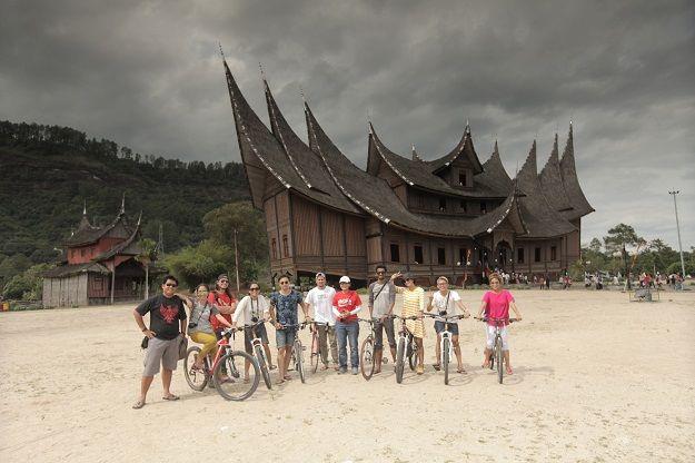 #Minangkabike adalah program terintegrasi dari Kementerian Pariwisata dan Ekonomi Kreatif Indonesia untuk mempromosikan Sumatera Barat sebagai destinasi ramah sepeda. Mau ikut Jalan-jalan gratis kesana? Yuk ikut lomba fotonya!