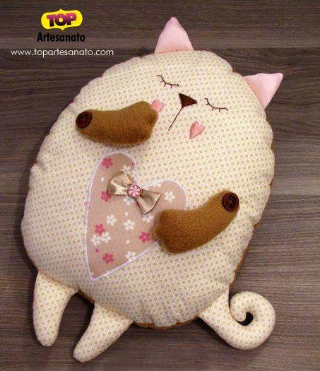 Confira neste post como fazer uma linda almofada de gatinho. Feita em tecido, é uma linda opção para quarto infantil ou para amantes dos gatinhos!