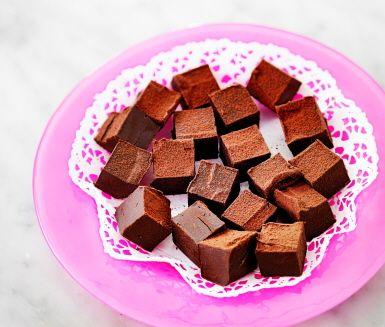 Len tryffel av choklad med frisk smak av apelsin. Smält chokladen i grädde och blanda varsamt ingredienserna. När smeten svalnat skär du den i kuber och vänder i pudrig kakao.