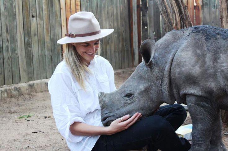 Gertjie, il cucciolo di rinoceronte orfano che soffre la solitudine