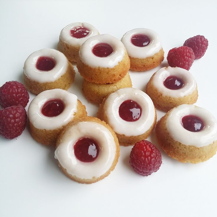 Runebergin donitsit: 24kpl 100g suolatonta voita 0,5dl sokeria 0,5dl fariinisokeria 1kananmunaa 1,5dl vehnäjauhoja 0...