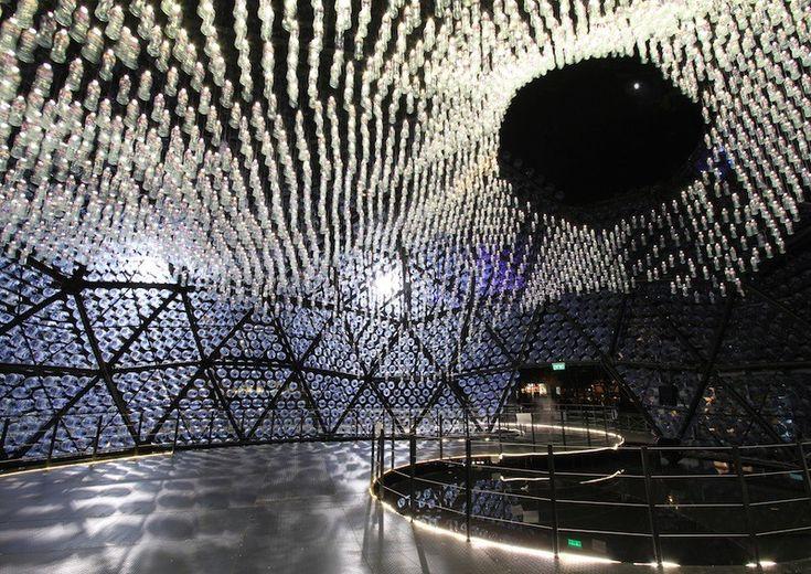 Galeria - Um pavilhão de luz feito com garrafas plásticas recicladas - 3