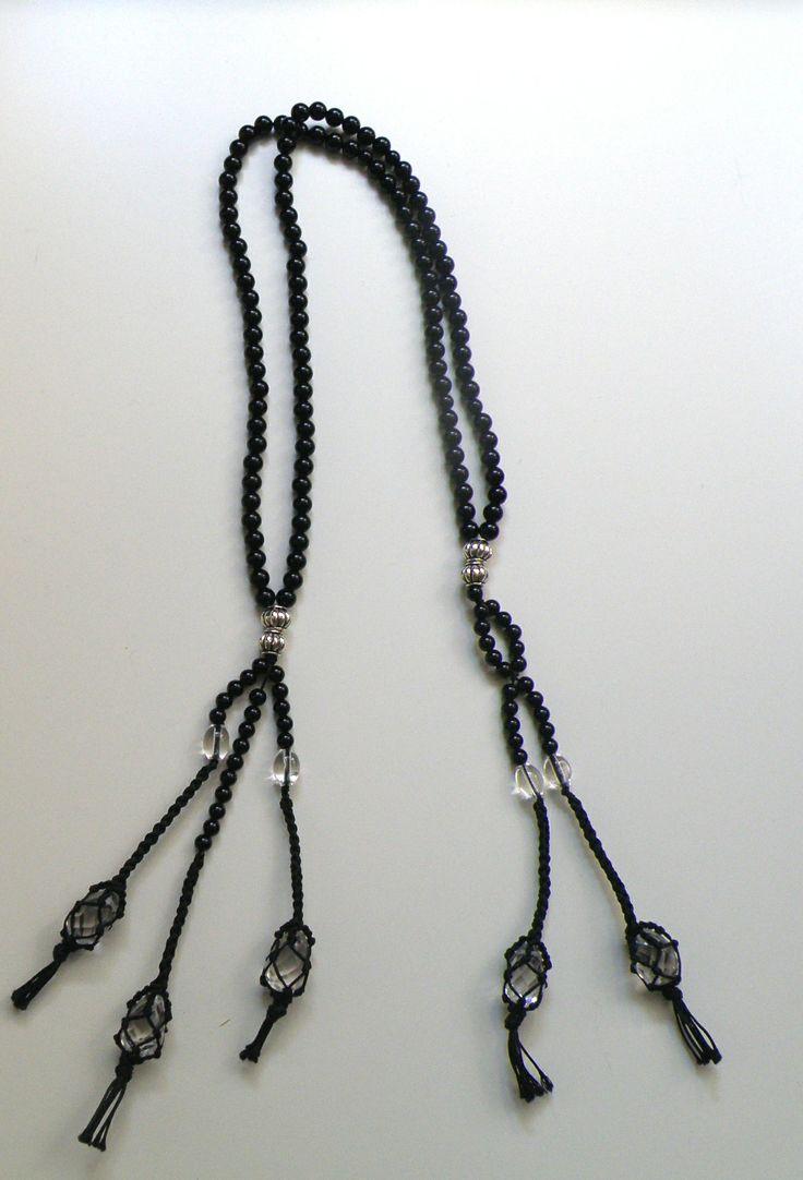 Juzu in onice nera, elementi in argento, cristalli di rocca in rete macramé, realizzato a mano