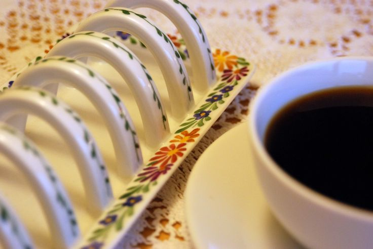 Beautiful toaster holder from Bing & Grøndahl. Hand painted. See more at www.evabyeva.dk