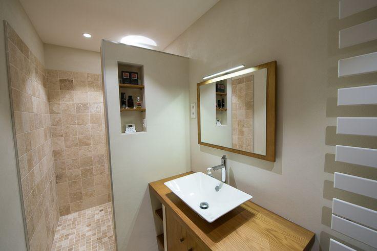 créations salle de bain, pierre travertin et enduits à la chaux.