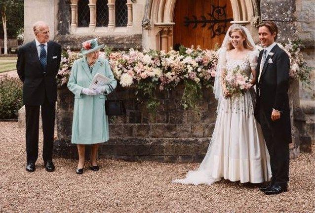 Prinses Beatrice Trouwt In Jurk En Tiara Van Queen Elizabeth Ii Prinzessin Beatrice Brautkleid Prinzessin Kleid Hochzeit