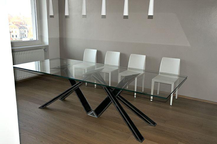 Tavolo in acciaio e cristallo.  Metalcar realizza strutture per conto di designers, arredatori e studi di architettura.