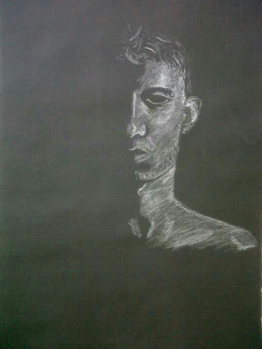 Auto retrato en negativo pastel tiza