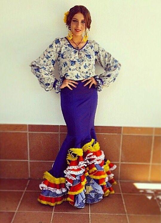 @claravm00 @flamencasconarte Traje de flamenca de falda azul y camisa estampada de flores