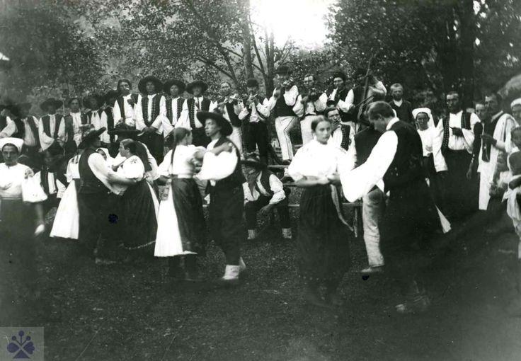 Ľudová veselica, okolo roku 1900, severozápadné Slovensko. Archív SNM Martin, foto P. Socháň (reprodukcia).