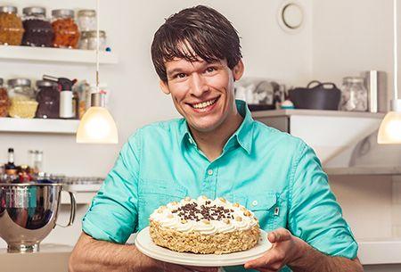 Heel Holland Bakt-winnaar Rutger van den Broek maakt van twee heerlijkheden één traktatie. Hij combineert namelijk koffie met taart. Het resultaat? Een smakelijke hazelnoot-schuimtaart om zelf te maken. Uit: de Coop Keukentafelgids Lente 2014.
