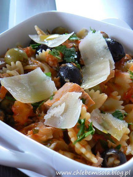 Farfalle w sosie pomidorowym z oliwkami i tuńczykiem | chlebem i solą