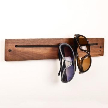 Casa Studio: peça de madeira com elástico para pendurar óculos!