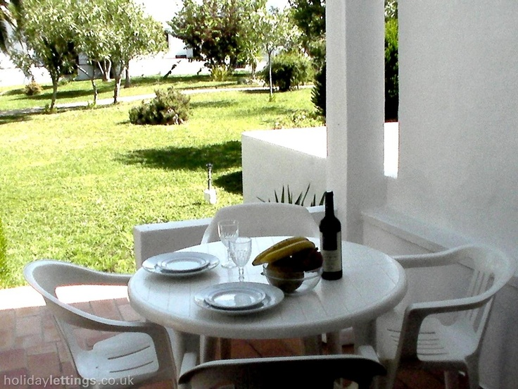 2 bedroom apartment in Carvoeiro to rent from £385 pw, within 15 mins walk of a Golf course with a shared swimming pool and a tennis court. Also with balcony/terrace, log fire, TV and DVD.