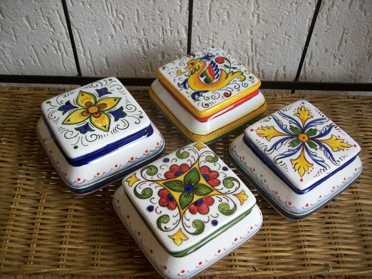 Boxes of ceramic, handpainted #Majolica , #Italy . Scatoline di ceramica dip.a mano http://ceramicamia.blogspot.it/2011/03/le-bomboniere-di-ceramica-dipinte-mano.html