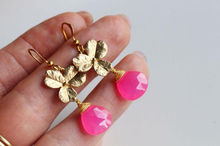 Orecchini rosa caldi e fiore ottone oro, orecchini, orecchini da sposa, goccia Orecchini rosa rosa pallido di AuroraFashionJewelry su Etsy https://www.etsy.com/it/listing/475929488/orecchini-rosa-caldi-e-fiore-ottone-oro