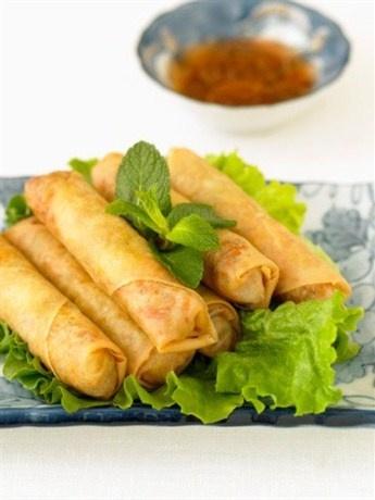 Спринг-роллы с крабами по-вьетнамски с листьями мяты и сладким соусом чили