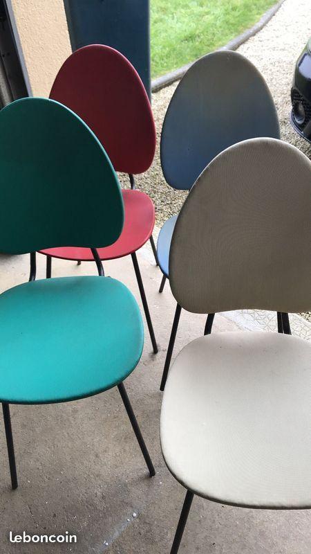 À vendre 8 chaises année 50 2 rouges 2 beiges 2 bleus 2 vertes