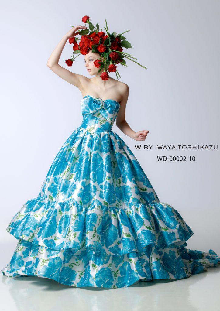 IWD-00002(サックスブルー) - 岩谷俊和 カラードレス - 大きなバラの花がプリントされた大胆なティアードドレス。ブルーと白のコントラストや大きなフリルで創られたティアードが大胆なイメージを醸し出しています。ペチコートはボリュームを抑えたフレアーで色とシルエットでインパクトを捉えました。 胸元のリボンは大き目ですが、小さくアレンジする事も可能です。着る花嫁と会場の雰囲
